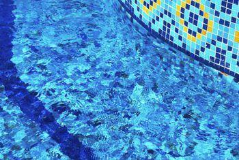 Cómo detener una fuga entre una pared de la piscina y una espumadera